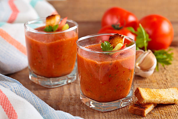 tomatensuppe. - kalte tomatensuppe stock-fotos und bilder