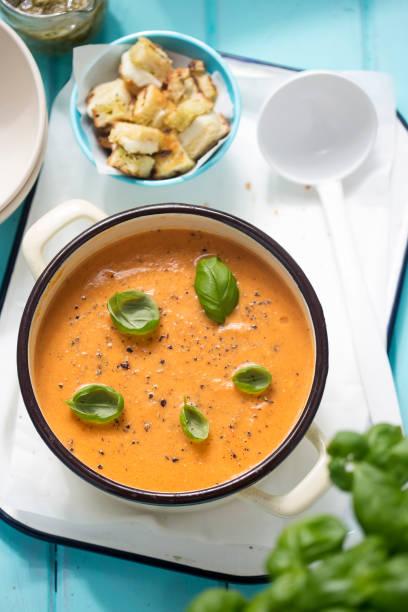 tomatensuppe mit basilikum und mozzarella & grünes pesto-croutons - kalte tomatensuppe stock-fotos und bilder
