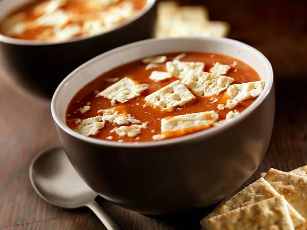 tomatensuppe mit crackern - hausgemachte tomatensuppen stock-fotos und bilder