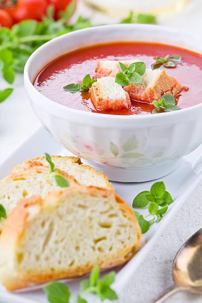 tomatensuppe mit croutons - kalte tomatensuppe stock-fotos und bilder