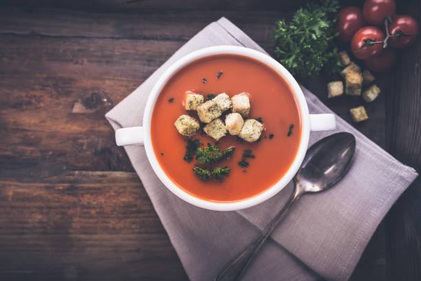 tomaten und croutons - hausgemachte tomatensuppen stock-fotos und bilder