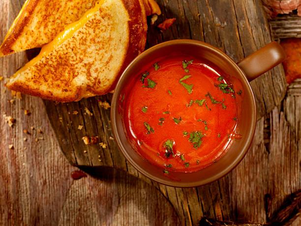 tomaten-suppe mit gegrillten käse-sandwich - hausgemachte tomatensuppen stock-fotos und bilder