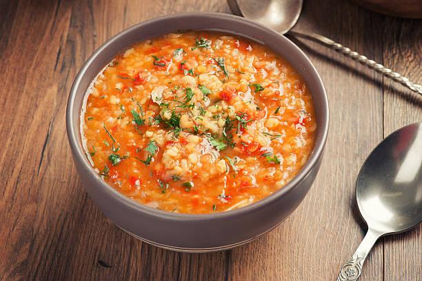 zuppa di pomodoro con lenticchie - minestrone foto e immagini stock