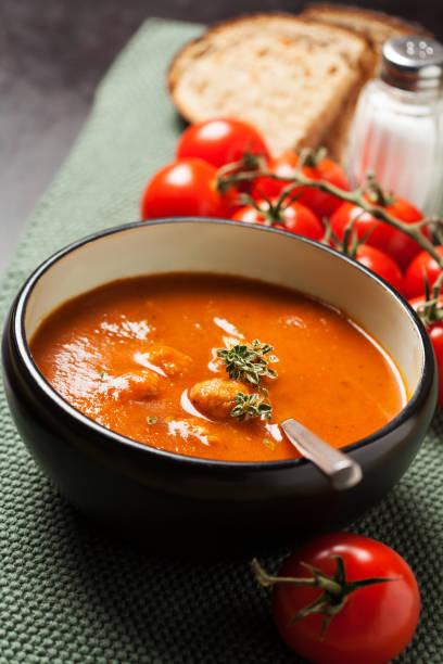 tomatensuppe mit fleischbällchen - hausgemachte tomatensuppen stock-fotos und bilder