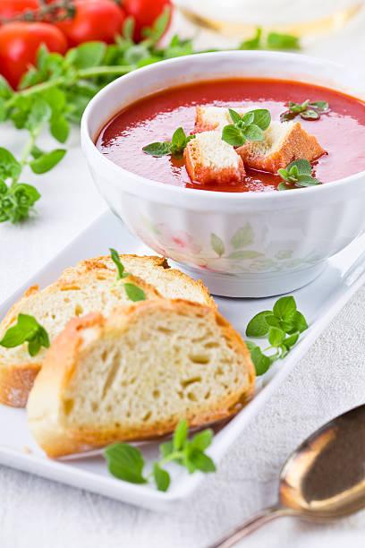 tomatensuppe mit oregano - kalte tomatensuppe stock-fotos und bilder