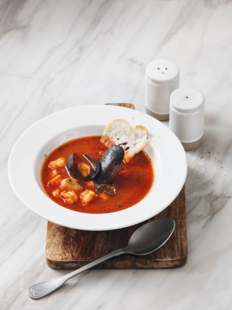 tomaten-suppe mit meeresfrüchten - hausgemachte tomatensuppen stock-fotos und bilder