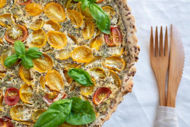 tomaten-tarte - tarte und törtchen stock-fotos und bilder