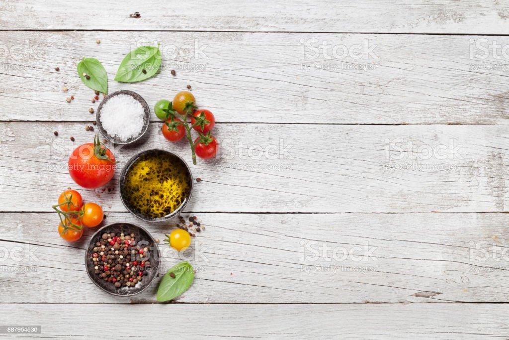 Tomate, manjericão, azeite e especiarias - foto de acervo