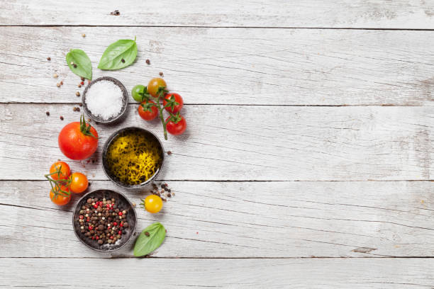 토마토, 바 질, 올리브 오일, 향신료 - 목재 재료 뉴스 사진 이미지
