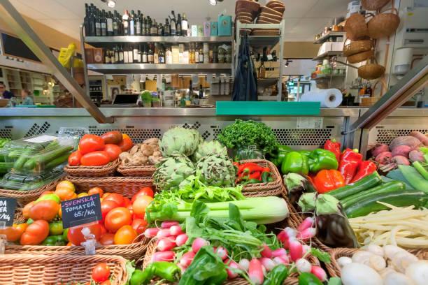 tomaten, sellerie, kohl und anderen bio-gemüse, öle auf tresen der lebensmittelmarkt - hofladen stock-fotos und bilder