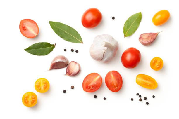 白色背景下的番茄、大蒜、月桂葉和胡椒 - 烹調原料 個照片及圖片檔
