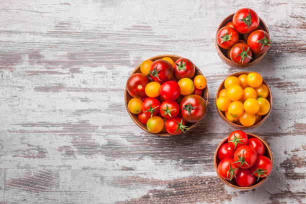 tomater overhead i trä burkar på vit trä background.jpg - körsbärstomat bildbanksfoton och bilder