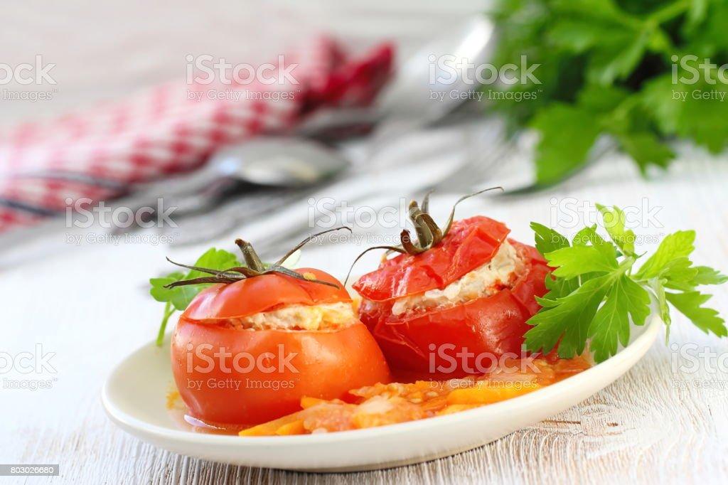 Tomates recheados com carne, arroz e legumes - foto de acervo