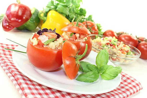 Gefüllte Tomaten mit Nudelsalat und Paprika – Foto
