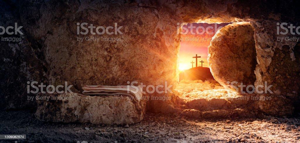 Tomb Tom med svepning och korsfästelse vid soluppgången - Jesu Kristi uppståndelse - Royaltyfri Andlighet Bildbanksbilder