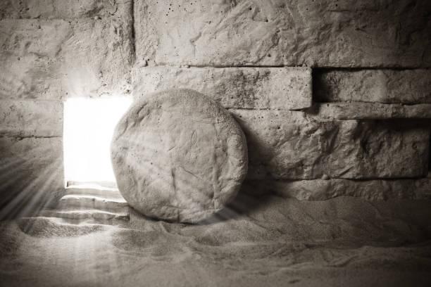 graf van jezus. jezus christus opstanding. christelijk pasenconcept - graftombe stockfoto's en -beelden