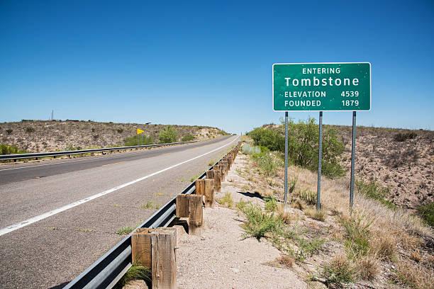 tombstone arizona road sign - arizona highway signs stockfoto's en -beelden