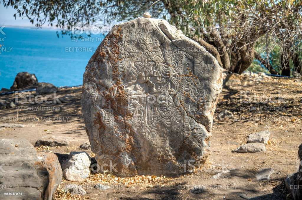 Tombstone at the graveyard  of The Cathedral of the Holy Cross (Akdamar Kilisesi) on Akdamar (Aghtamar) Island foto stock royalty-free