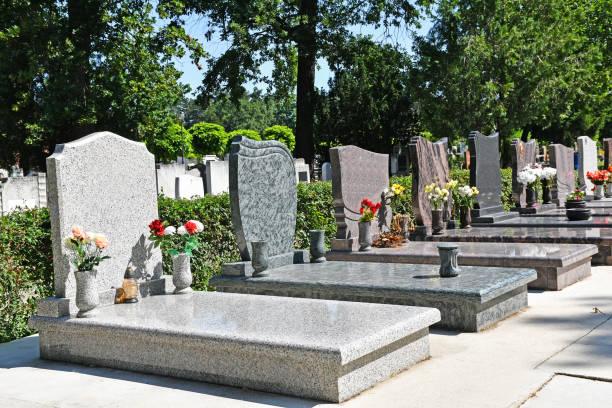 grafsteen op de openbare begraafplaats - graf stockfoto's en -beelden