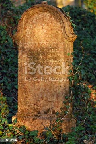 Il vecchio cimitero nel bosco