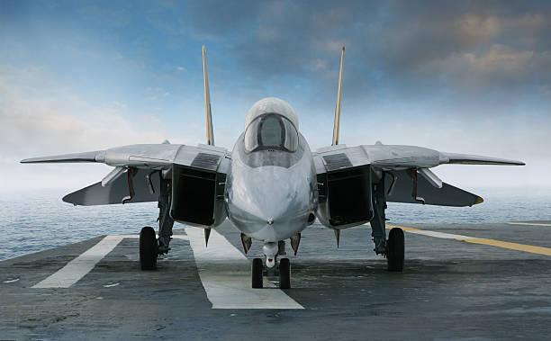 f - 14 jet fighter auf hellcat carrier deck - flugzeugträger stock-fotos und bilder