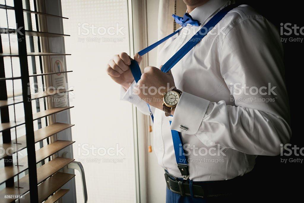 Gros plan de couleur homme d'affaires bretelles au bureau réglable - Photo