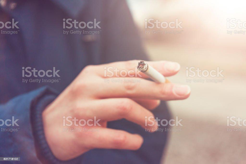 Getönten Bild einer Frau, eine Zigarette rauchend – Foto