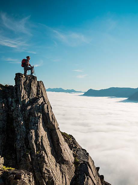 tonowany obraz kobieta dla dorosłych na szczycie góry - klif zdjęcia i obrazy z banku zdjęć