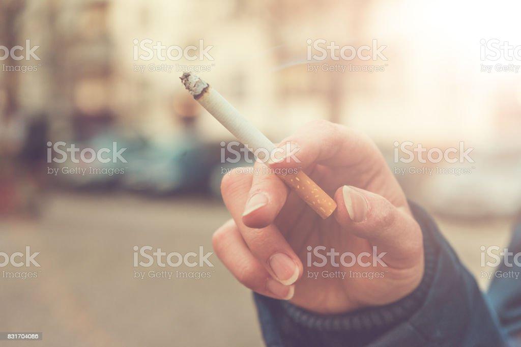 Getönten Bild mit Sonne Aufflackern einer Frau Rauchen – Foto