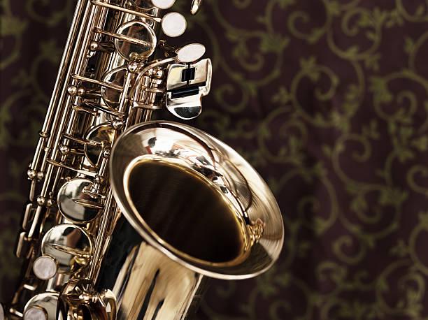 getönt aufnahme von teil alto sax auf dunklem hintergrund - altsaxophon stock-fotos und bilder