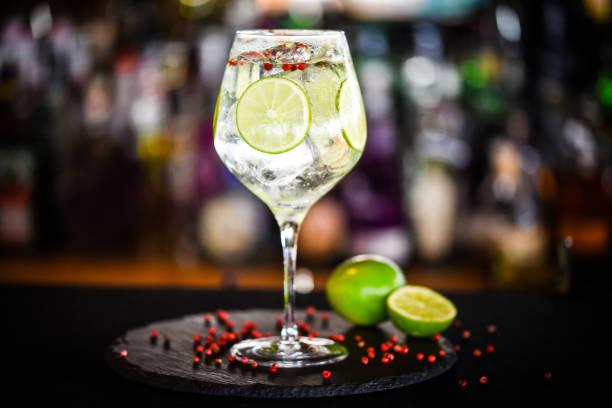 tonic gin met limoen & roze peper - gin tonic stockfoto's en -beelden
