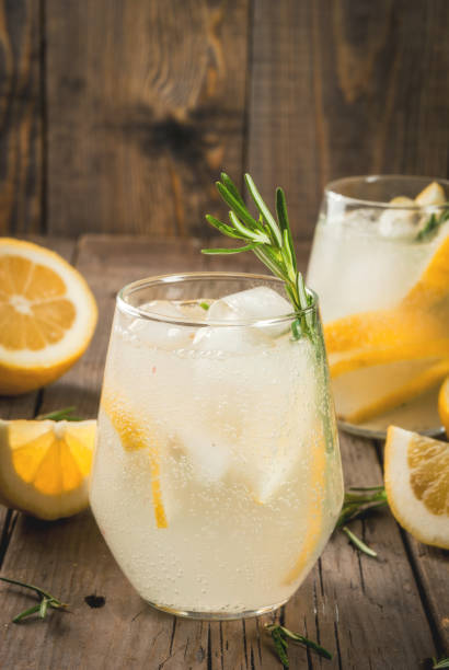 tonic water with lemon and rosemary - cocktails mit wodka stock-fotos und bilder