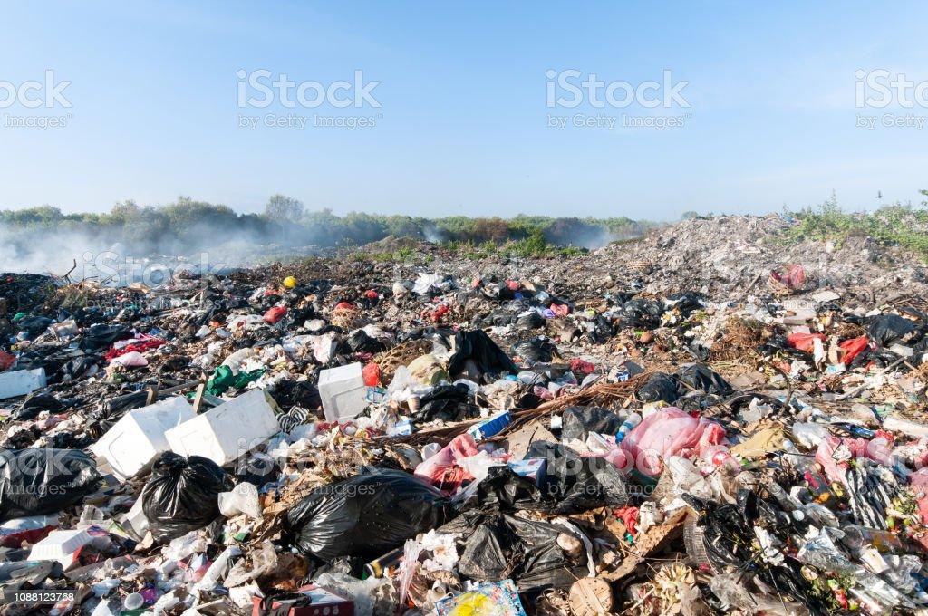 Tonnenweise Taille in Indonesien auf einer Müllkippe in der Natur – Foto