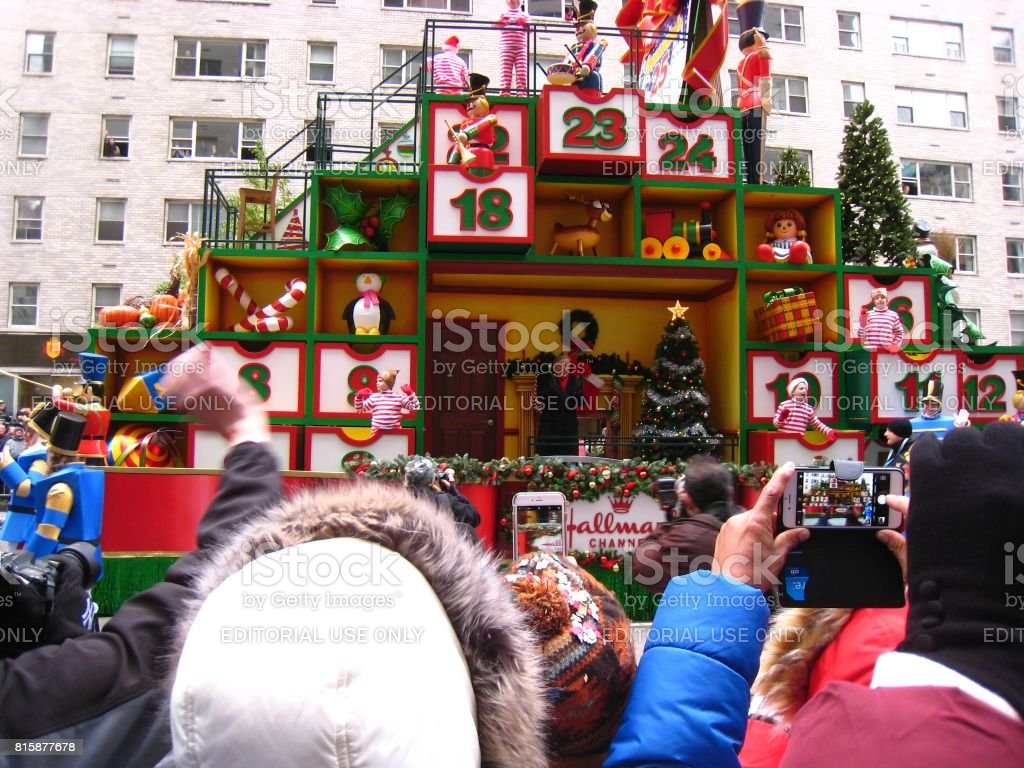 Tony Bennett and elves on Hallmark Channel float at 2016 Macy's Parade