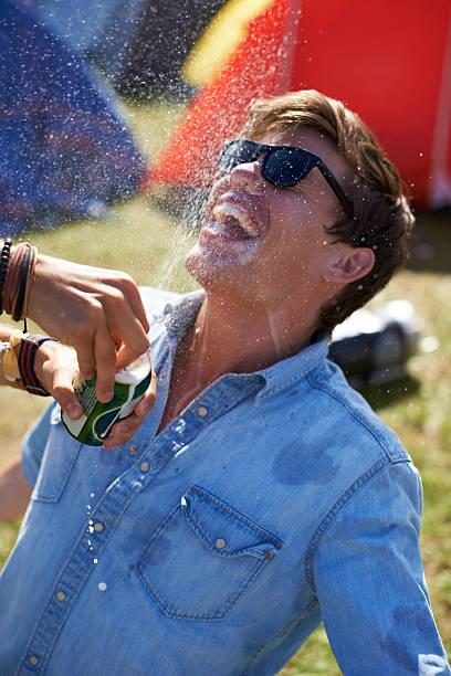 zu viel bier entspricht zu viel spaß! - lustige trinkspiele stock-fotos und bilder
