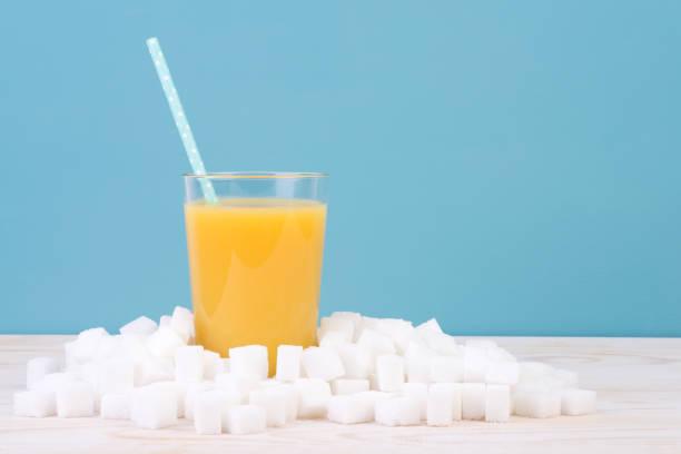 trop de sucre dans le concept de jus - jus de fruit photos et images de collection