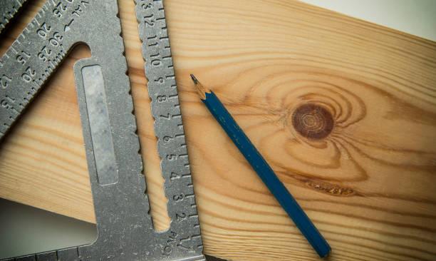 herramienta de carpintería en el tablero - carpintero fotografías e imágenes de stock