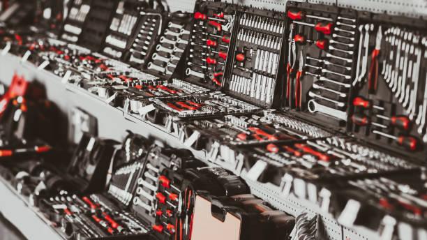 werkzeugladen präsentieren professionelle schraubenschlüssel-werkzeuge - baumarkt stock-fotos und bilder