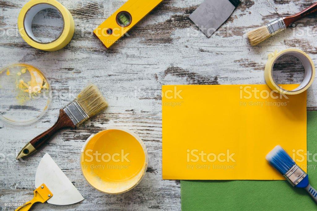 Outils pour la réparation sur fond en bois gris - Photo