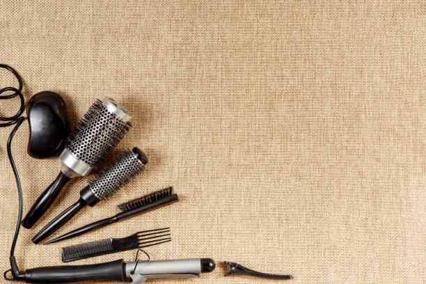 friseur draufsicht auf einem beigen hintergrund-werkzeuge - haarnadeln stock-fotos und bilder