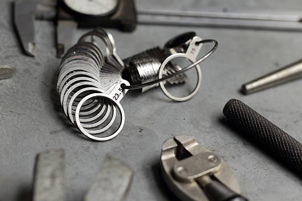 werkzeuge für schmuck. schmuck arbeitsplatz metall hintergrund. finger-größen - ring anleitung stock-fotos und bilder