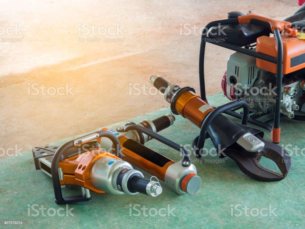 Outils du personnel de sauvetage sur le sol. FLARE lumière. - Photo