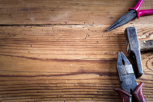 tools auf holz-hintergrund - werkzeugbank stock-fotos und bilder