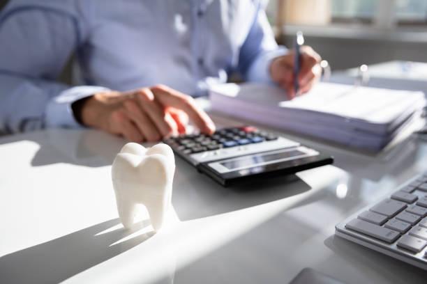zahn in front der businessperson berechnen bill - zahnarztausrüstung stock-fotos und bilder