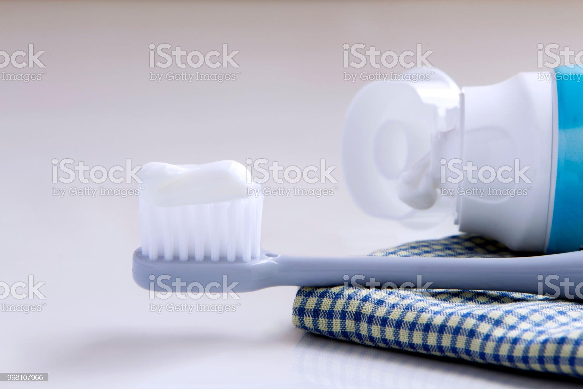 Brosse à dents, tube de dentifrice et un chiffon sur le tableau blanc. Concept de soins dentaires. avec un espace de copie pour votre texte. - Photo de Dentifrice libre de droits