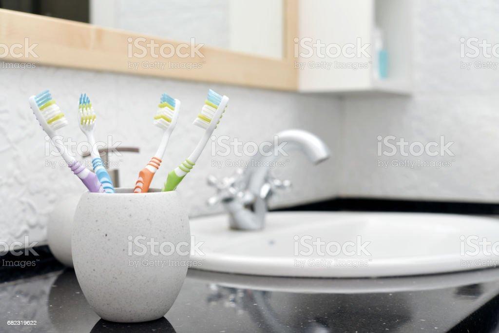 Zahnbürsten in Glas – Foto
