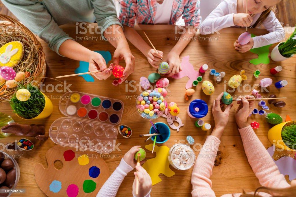 Yüksek açılı görünüş iş yerinde tablo güzel grup insan yukarıda üst sınıflar dersler kapalı evde eğitim dekor aksesuar şeyler yapmak yapıyor eller - Royalty-free Aile Stok görsel