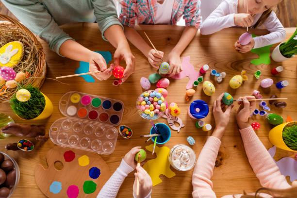 직장 사람들의 좋은 그룹을 테이블의 높은 각도 보기 위의 상단 손을 만드는 장식 액세서리 것 클래스 과정 실내 집에서 공부 하 고 - 부활절 달걀 뉴스 사진 이미지