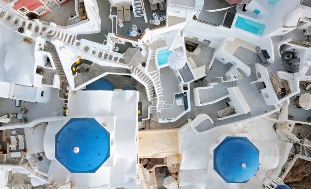 översta flygfoto över tre blå kupoler kyrka i staden oia på santorini island, grekland - santorini bildbanksfoton och bilder