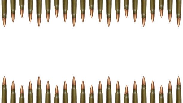 Les bords des balles haut et bas sont isolés sur fond blanc. cartouches de 7,62 mm pour un fusil d'assaut Kalashnikov - Photo